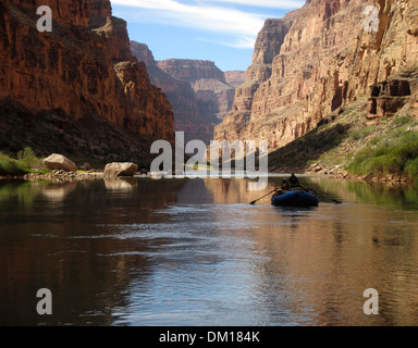 Lone raft in the Grand Canyon - Stock Image