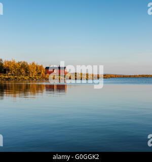 Red cabin of Sitojaure hut on lake Sitojaure, Kungsleden trail, Lapland, Sweden - Stock Image