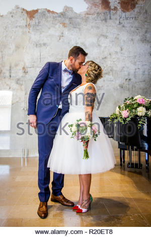 Newlywed couple kiss right after the ceremony - Stock Image