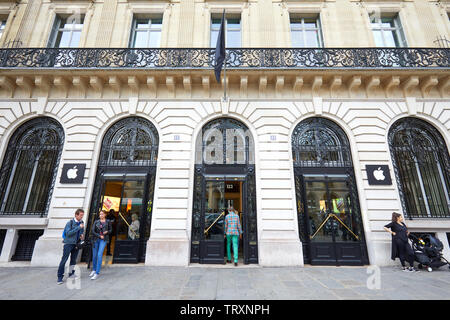 PARIS, FRANCE - JULY 21, 2017: Apple store exterior with people and building facade in Paris, France. - Stock Image