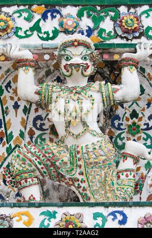 Statue of a mythological crocodile supporting a Prang at Wat Arun, Bangkok, Thailand. - Stock Image
