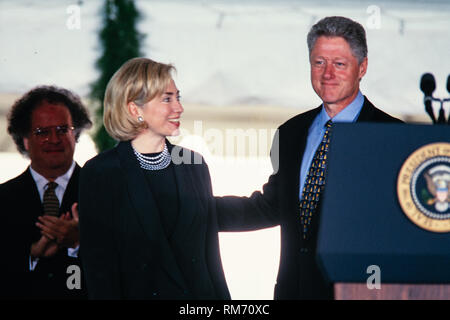 U.S. President Bill Clinton and First Lady Hillary Clinton present the National Medal of Arts during a ceremony on the South Lawn of the White House September 29, 1997 in Washington, DC. - Stock Image