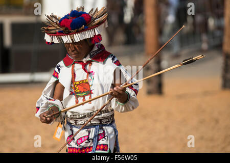 Palmas, Brtazil. 28th Oct, 2015. A Mexican contestant checks his arrows during the archery contest at the International - Stock Image
