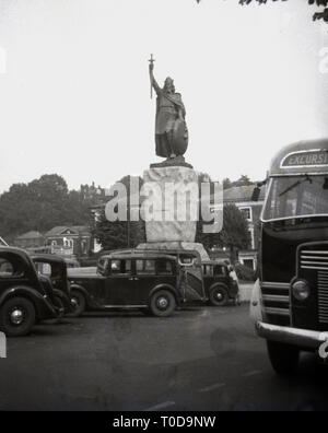 1950s, Cars of the era parked around the Statue of Alfret the Great, Winchester, England, UK. - Stock Image