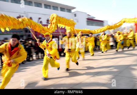 Xingtai, China's Hebei Province. 16th Feb, 2019. Folk artists perform dragon dance to greet the Lantern Festival in Weixian County of Xingtai, north China's Hebei Province, Feb. 16, 2019. The Lantern Festival this year falls on Feb. 19. Credit: Qiu Hongsheng/Xinhua/Alamy Live News - Stock Image