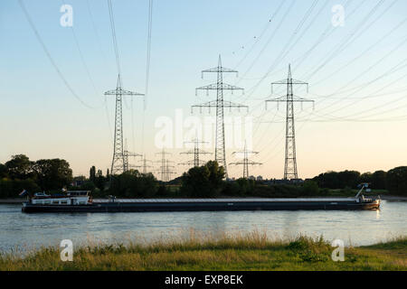 Barge sailing west along the river Rhine, Rheindorf, Leverkusen, Germany. - Stock Image