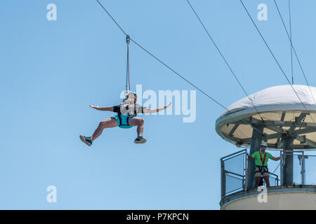 Bournemouth, UK. 7th July 2018. Man on a wipwire in Bournemouth during the July heatwave. Credit: Thomas Faull / Alamy Live News - Stock Image