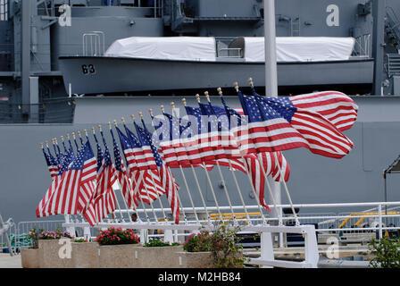 25 American Flags, Stars and Stripes, old Glory, Battleship Missouri Memorial, Pearl Harbor, Hawaii, USA - Stock Image