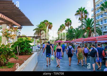 Tourists walking along avenue de cristobal colon, puerto de la cruz, tenerife - Stock Image