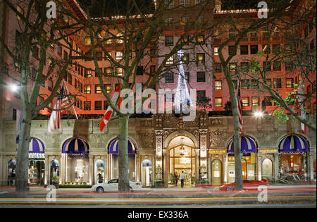 Beverly Wilshire hotel (Four Seasons), Beverly Hills, Los Angeles, California, at night. - Stock Image