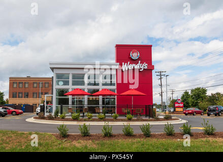 HICKORY, NC, USA-9/27/18: A newly constructed Wendy's fast food restaurant, with outside seating. - Stock Image