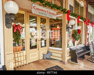 Small town antiques store or storefront with a Going Out of Business sign in the window in Warm Springs Georgia, USA. - Stock Image