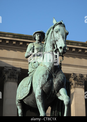 Statue of Queen Victoria outside St George's Hall, Liverpool - Stock Image