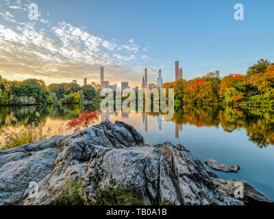 Central Park, at the lake in late autumn - Stock Image