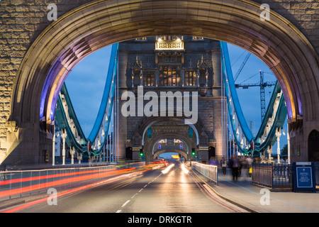 Traffic crosses Tower Bridge at twilight, London, England - Stock Image