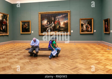 Couple and visitor sleeping in a bench in the Drub Heinz gallery, The Metropolitan Museum of Art, Manhattan, New York USA - Stock Image