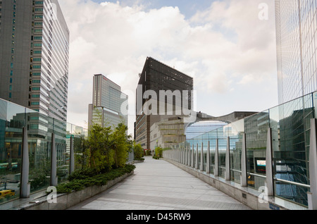 Elevated walkway in Shiodome SIO-SITE, Tokyo, Japan - Stock Image