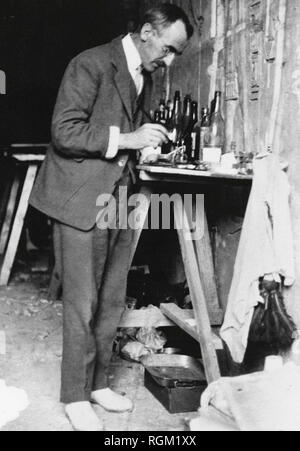 Alfred Lucas working on one of the smaller treasures from Tutankhamun's Tomb in the Valley of the Kings, Luxor, Egypt. November 1922. Scanned from image material in the archives of Press Portrait Service - (formerly Press Portrait Bureau). - Stock Image