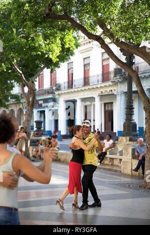 Cuba, La Havana, couple dancing salsa a sunday on the Prado promenade that delineates Old Habana and Centro Habana - Stock Image
