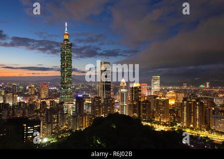 Dramatic sunset  view of Taipei skyline with Taipei 101 skyscraper, Taipei, Taiwan - Stock Image