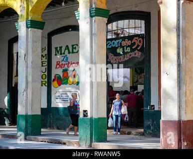 Fruit shop celebrating the revolution in Havana, capital of Cuba - Stock Image