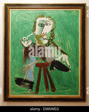 Pablo Picasso (1969)  Hombre sentado con pipa, Botero Museum of the Banco de la República,  Bogotá, Colombia - Stock Image
