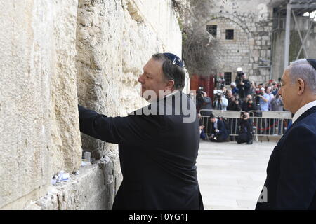 U.S. Secretary of State Mike Pompeo, left, leaves a prayer at the Western Wall as Israeli Prime Minister Benjamin Netanyahu, right, looks on March 21, 2019 in Jerusalem, Israel. - Stock Image