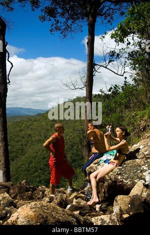 Trekkers resting on the way to Agua Fria Waterfall Chapada dos Veadeiros Veadeiros Tableland Goias Brazil - Stock Image