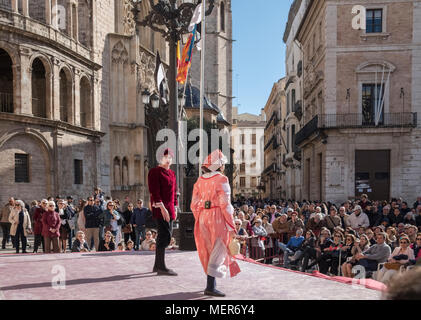 People watching a theatrical performance in Plaza de la Virgen, North Ciutat Vella district, the old town part of Valencia, Spain. - Stock Image