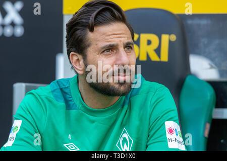 sports, football, Bundesliga, 2018/2019, Borussia Moenchengladbach vs SV Werder Bremen 1-1, Stadium Borussia Park, players bench, Claudio Pizarro (Bremen), DFL REGULATIONS PROHIBIT ANY USE OF PHOTOGRAPHS AS IMAGE SEQUENCES AND/OR QUASI-VIDEO - Stock Image