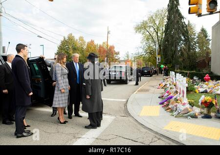 U.S President Donald Trump and first lady Melania Trump, are greeted by Rabbi Jeffrey Myers, right, as they arrive at  the memorial of those killed at the Tree of Life Synagogue October 30, 2018 in Pittsburgh, Pennsylvania. Son-in-law Jared Kushner looks on from the left. - Stock Image