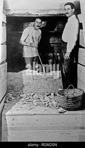 Howard Carter who discovered Tutankhamun's Tomb in the Valley of the Kings, Luxor, Egypt. November 1922. At the opening of  King Tutankhamun's tomb during the entry into the sealed chamber with Howard Carter (left) inside and A.C. Mace (right) outside of the broken wall. Scanned from image material in the archives of Press Portrait Service - (formerly Press Portrait Bureau). - Stock Image