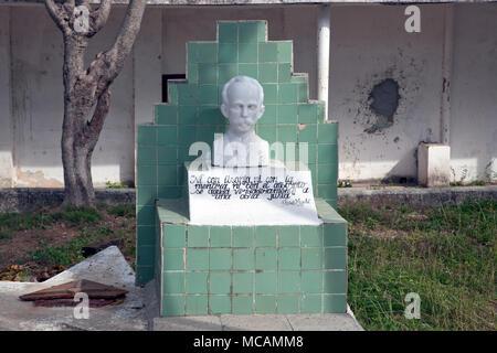 Jos? Mart? statue in front of a school in Cojimar, Cuba - Stock Image