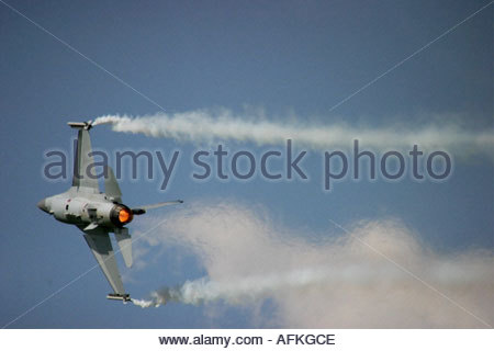 Zeltweg 2005 AirPower 05 airshow Austria Fighting Falcon F16 'Viper' trailing smoke in sharp turn - Stock Image