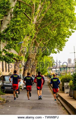 Group of men jogging along the banks of the River Seine, near Pont de la Concorde, Paris, France. - Stock Image
