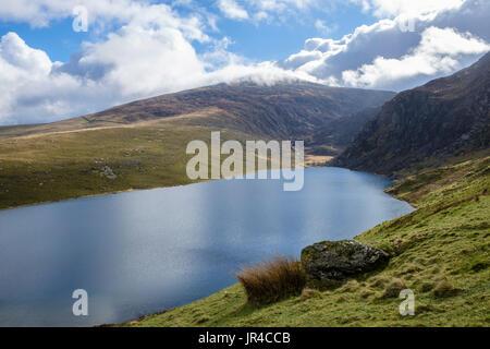 Llyn Cwm Dulyn reservoir lake and Craig Cwm Dulyn with Garneth-goch mountain beyond on Nantlle Ridge in Snowdonia National Park. Nebo, Wales, UK - Stock Image