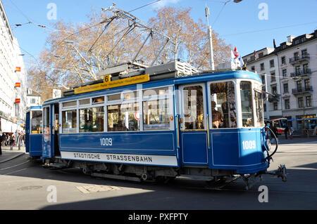 Zürich-City: An oldtimer tram is curving around Stadelhofen train station - Stock Image