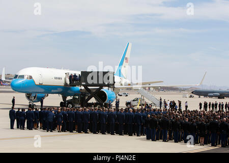 Members of the Arizona National Guard stand in formation as the casket of Sen. John McCain is placed on a Boeing C-32 military airplane during a dignified transfer Aug. 30, 2018, at the  Goldwater Air National Guard Base in Phoenix. McCain, a Republican Senator from Arizona, lost his battle with brain cancer earlier this week. (Arizona Army National Guard photo by Staff Sgt. Brian A. Barbour) - Stock Image