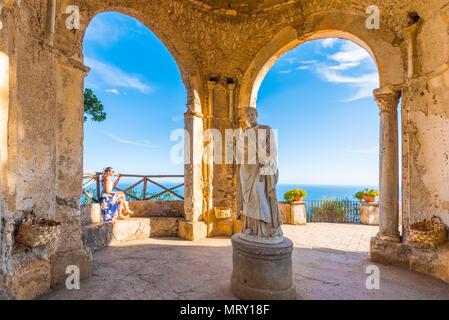 Villa Cimbrone, Ravello, Amalfi coast, Salerno, Campania, Italy. Girl sitting in the temple of Ceres Goddess - Stock Image