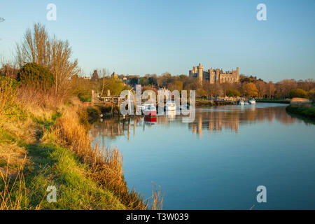 Sunrise on river Arun near Arundel, West Sussex, England. Arundel Castle in the distance. - Stock Image