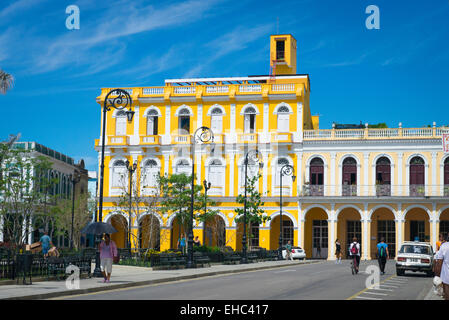 Cuba Sancti Spiritus main plaza square park city center Parque Serafin Sanchez road street scene colonial buildings - Stock Image
