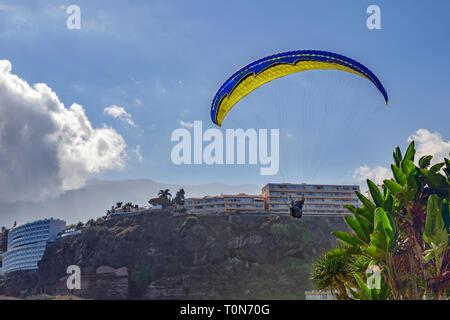 Paragliding in Puerto de la cruz, Tenerife, Canary Islands - Stock Image