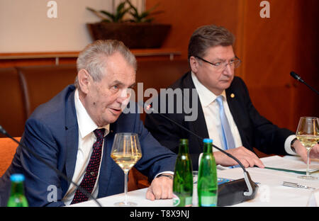 Budapest, Hungary. 14th May, 2019. L-R Czech President Milos Zeman and Head of Hungarian chamber of commerce Laszlo Parragh debate with Czech and Hungarian entrepreneurs in Budapest, Hungary, on May 14, 2019. Czech President launched his three-day visit to Hungary in this day. Credit: Katerina Sulova/CTK Photo/Alamy Live News - Stock Image