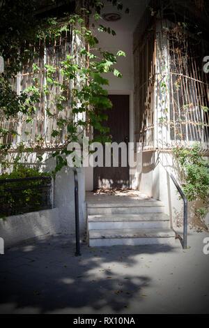 Neglected Corner House in Tel Aviv, Israel - Stock Image