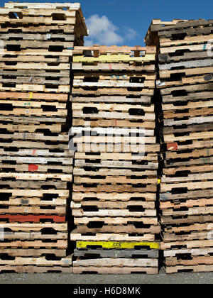 Columns of stacked used pallets - Stock Image