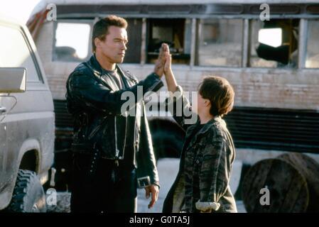 Arnold Schwarzenegger and Edward Furlong / Terminator 2 : Judgment Day / 1991 directed by James Cameron (Carolco - Stock Image
