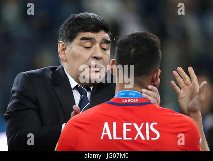 ST PETERSBURG, RUSSIA – JULY 2, 2017: Retired Argentine footballer Diego Maradona (L) talks to Chile's Alexis - Stock Image