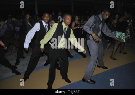 teens dancing at a high school dance - Stock Image