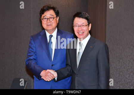 Chairman of Mitsubishi Motors Osamu Masuko (L) shakes hands with New CEO Takao Kato during a press conference in Tokyo, Japan, 20 May 2019. Credit: AFLO/Alamy Live News - Stock Image