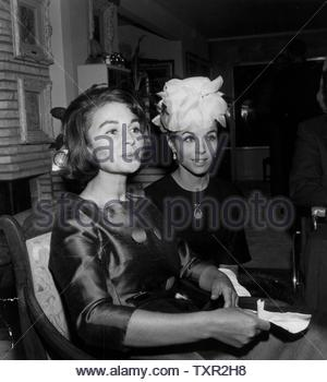 Jean Simmons with Dana Wynter.. Credit: 4294740Globe Photos/MediaPunch - Stock Image